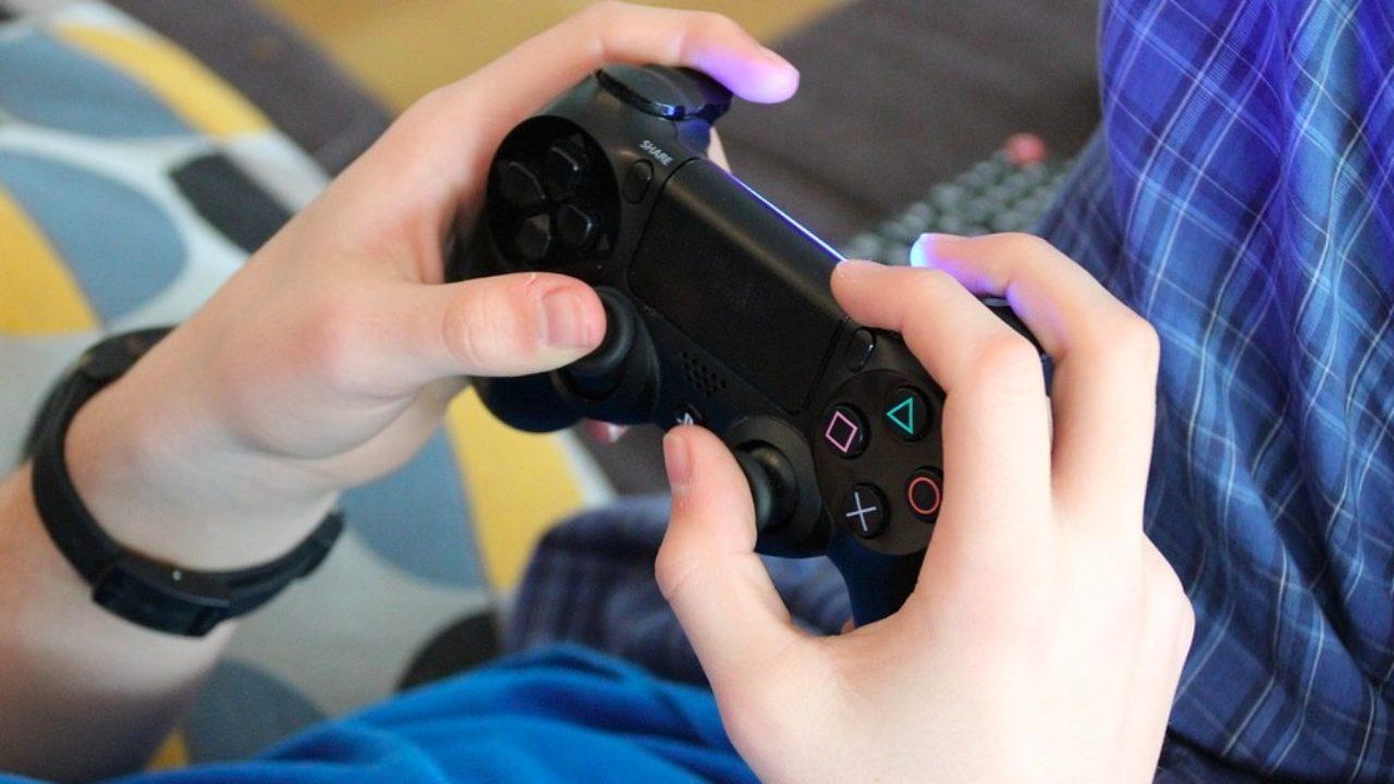 Una persona jugando a la consola